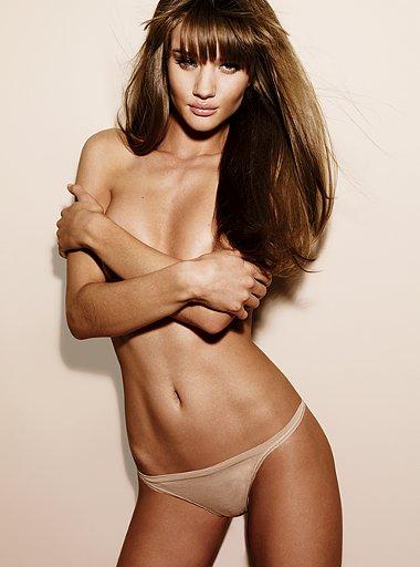 Модель Rosie Huntington в фотосессиИ для каталога женского белья от Victoria's Secret