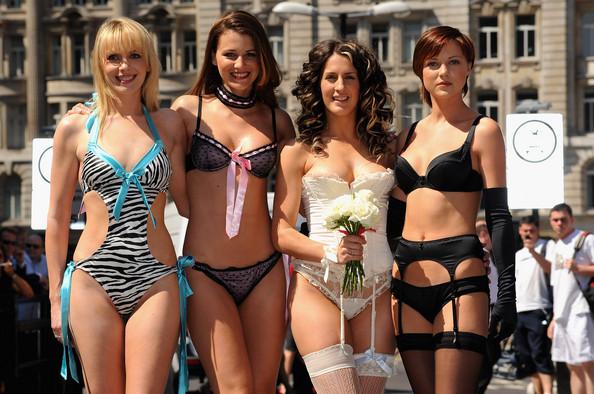 Модели в женском белье на улицах Лондона рекламируют открытие нового магазина