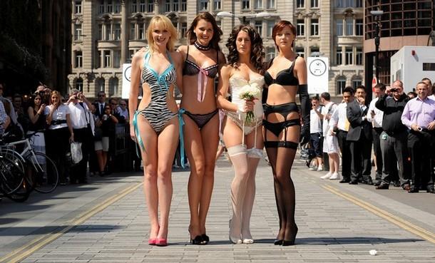 Двойники героинь сериала Секс в большом городе на улицах Лондона