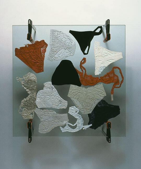 журнальный столик «Fe-tisch», украшенный предметами женского белья