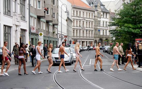 юноши и девушки в нижнем белье на улицах Берлина рекламировали открытие нового магазина мужского и женского белья Fruit Of The Loom