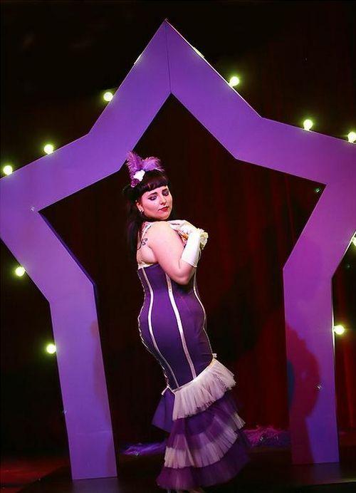 Miss Anne Thropy - большая звезда бурлеска