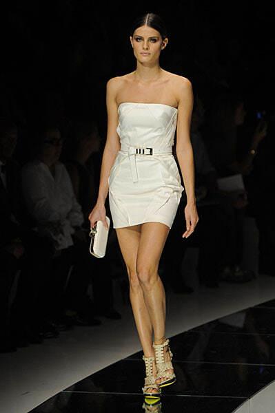 Новая коллекция платьев от Версаче, сезон весна 2009, модель Изабелли Фонтана