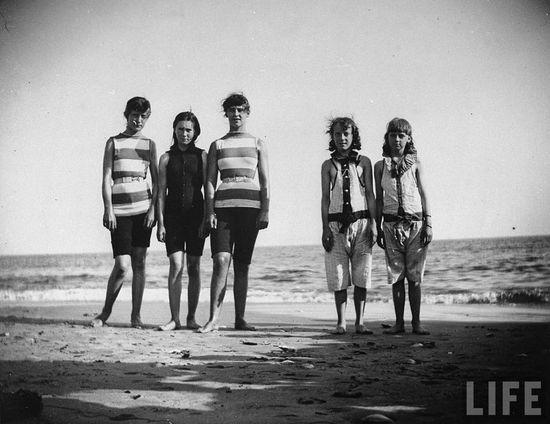 Купальные костюмы 130 лет назад - фотографии ретро-купальников и пляжных нарядов конца девятнадцатого века