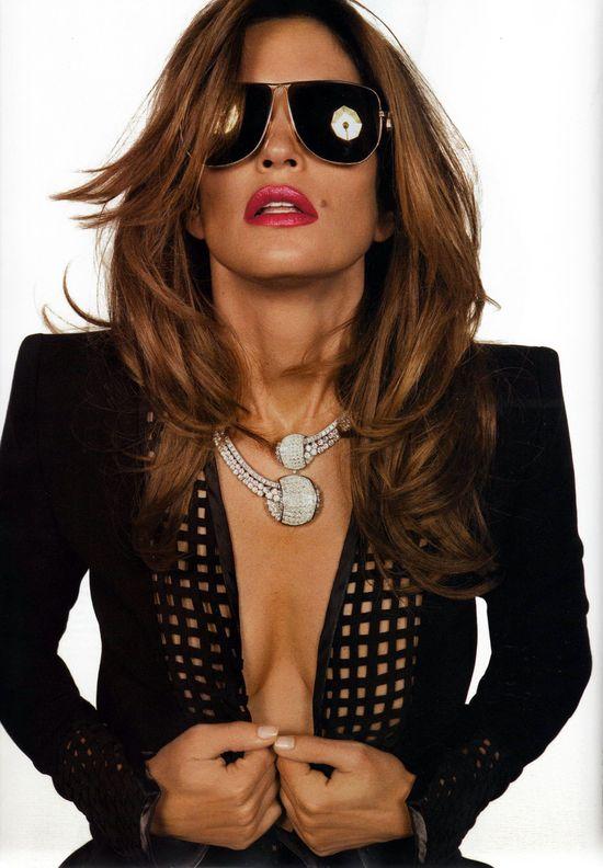 Синди Кроуфорд демонстрирует красивое белье в ноябрьском выпуске Vogue Франция