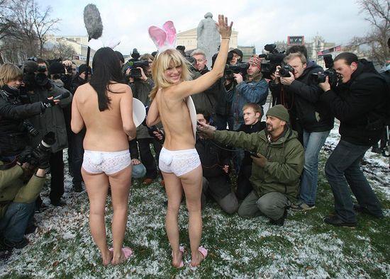 В знак протеста - обнаженные девушки в акции протеста PETA