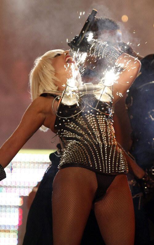 Зажигательный бюстгальтер Леди Гага