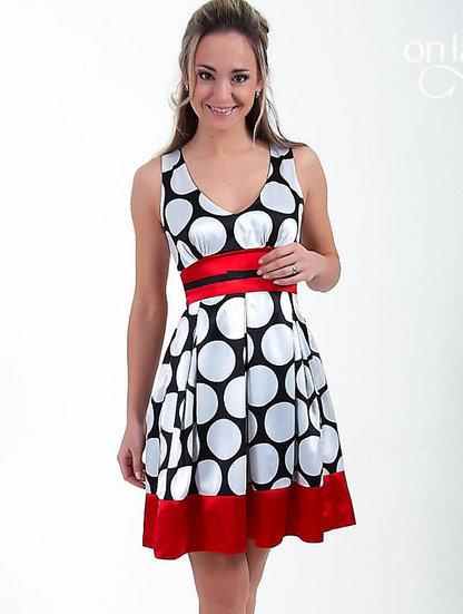 Великолепное шелковое платье в крупный белый горох. . Пояс и низ юбки отделан красной лентой, что добавляет платью